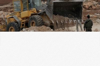 Les bulldozers israéliens nivèlent des champs à Umm al-Kheir pour installer des tuyaux d'égout pour les colons